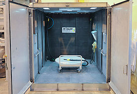Blasting chamber of a customer-specific free blasting chamber